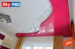 Двухуровневый, глянцевый натяжной потолок в спальне